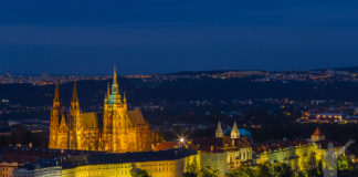 Slottet i kvällsljus, sett från Petrin Tower.