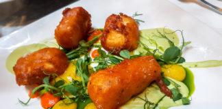 Friterad halloumi, cyrry-lemoncurd och ärtpuré tillsammans med strips