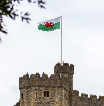 Wales flagga på Cardiff Castle