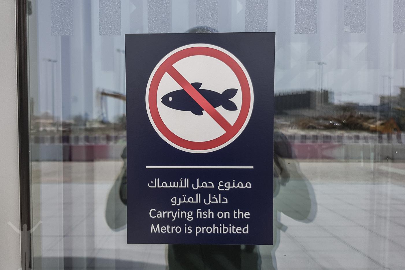 Kom ihåg - ha inte med fiskar på Dubais metro.