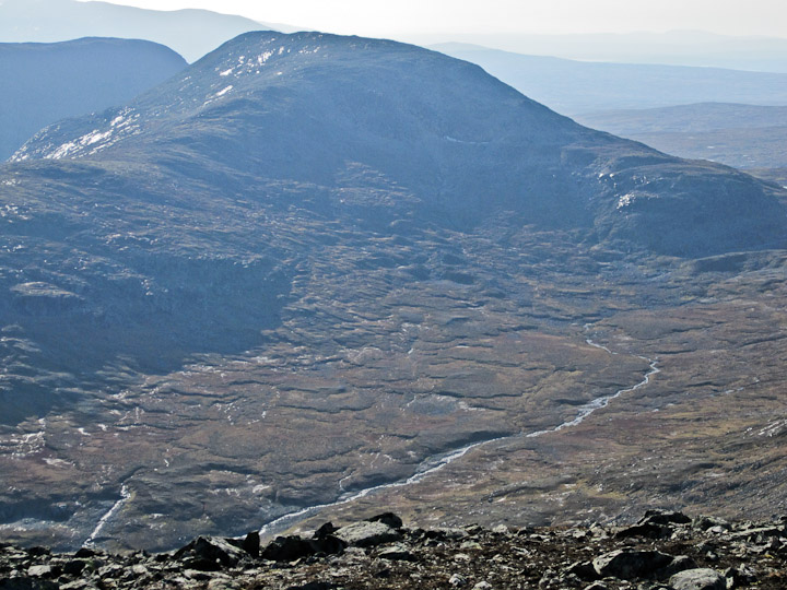 Tvärån slingrar sig upp i dalen, nedanför Sönner-Tväråklump.
