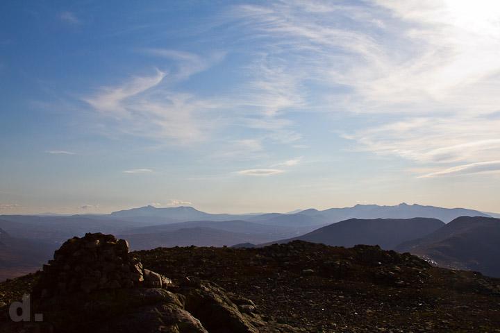Från toppen har man en 360°-vy av klass. Här syns Helags, Sylarna, Getryggen, Sönner Tväråklump.