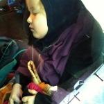 Trött Leylia somnade på vägen hem till stugan.