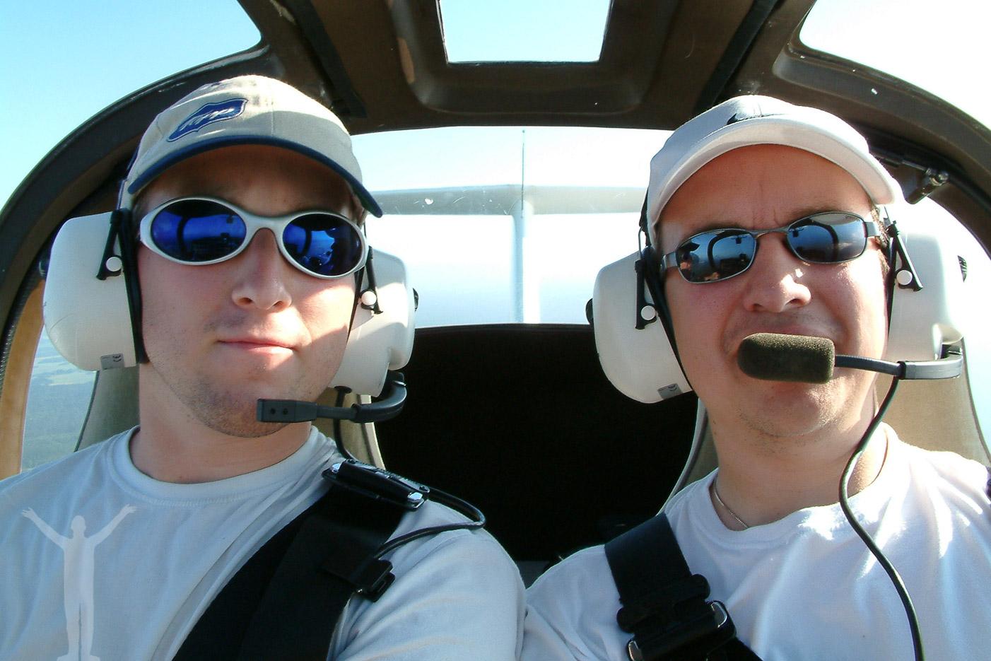 Dryden & Mac i ett motorseglarplan