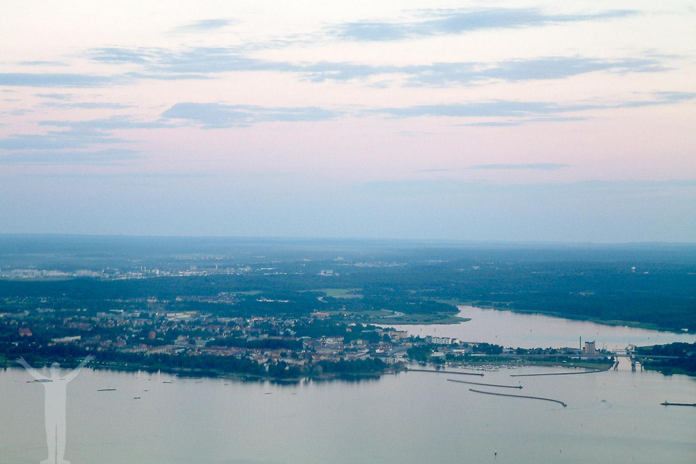 Flygfoto över Vänersborg i skymningen