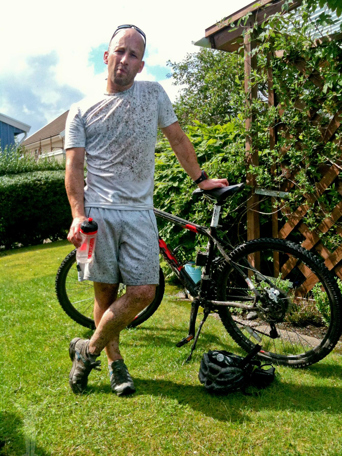 Cykel-Dryden efter ett lerigt pass i skogen