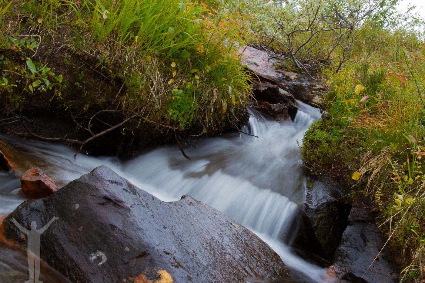 Ett litet vattendrag på vägen till Kyrkstenen