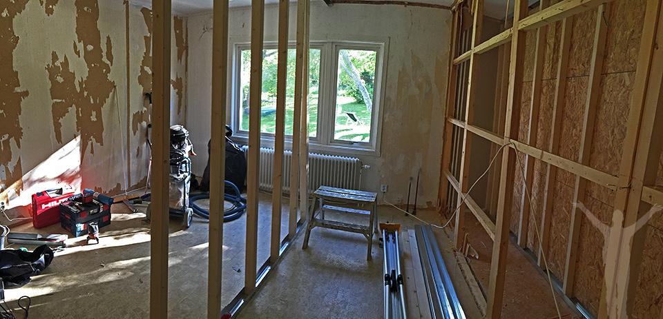 Tre väggar uppe - två nya och stommen av en gammal.