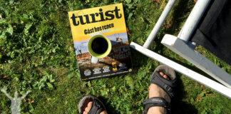 Turist och en mugg kaffe