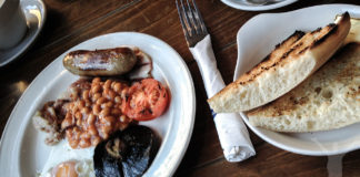 Inget slår en engelsk frukost - ägg , bacon och korv. Fint!