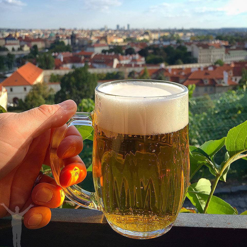 En öl med utsikt i Prag