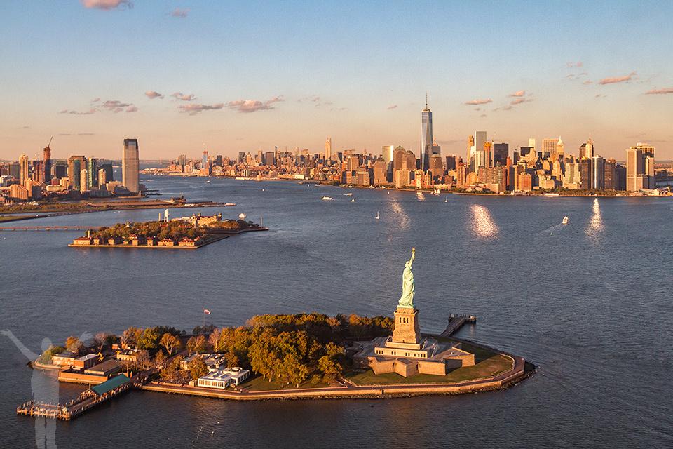 Frihetsgudinnan, Ellis Island (t.v) och i bakgrunden Manhattan.