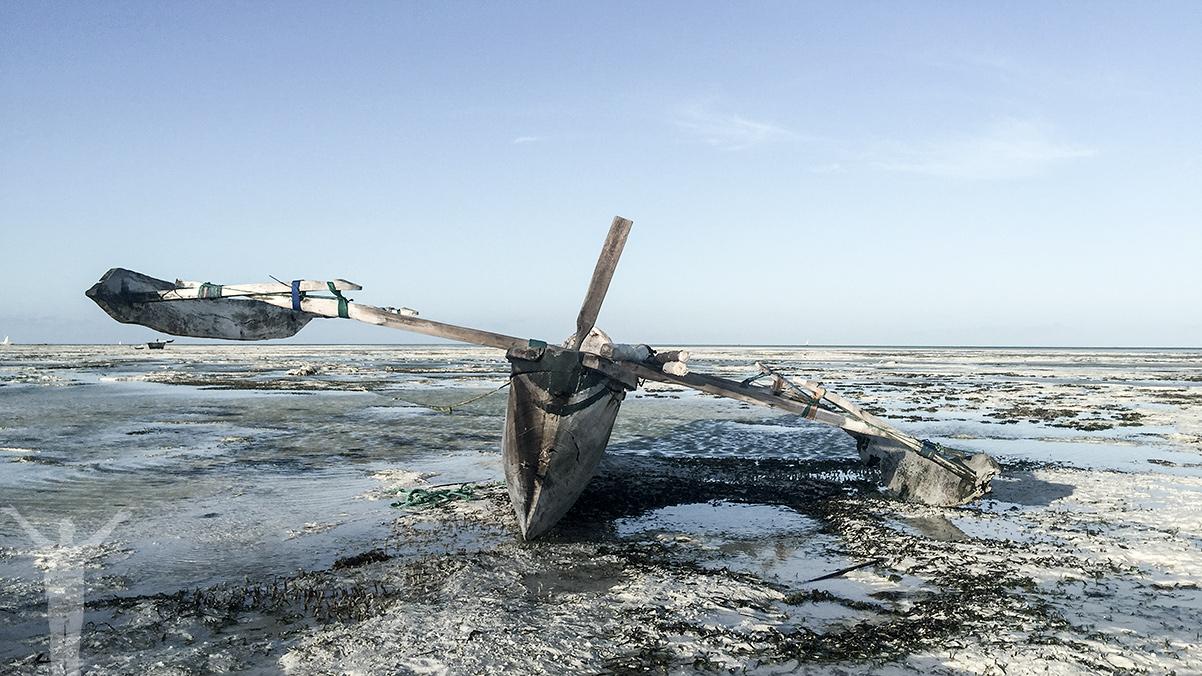 Båt på en torrlagd strand