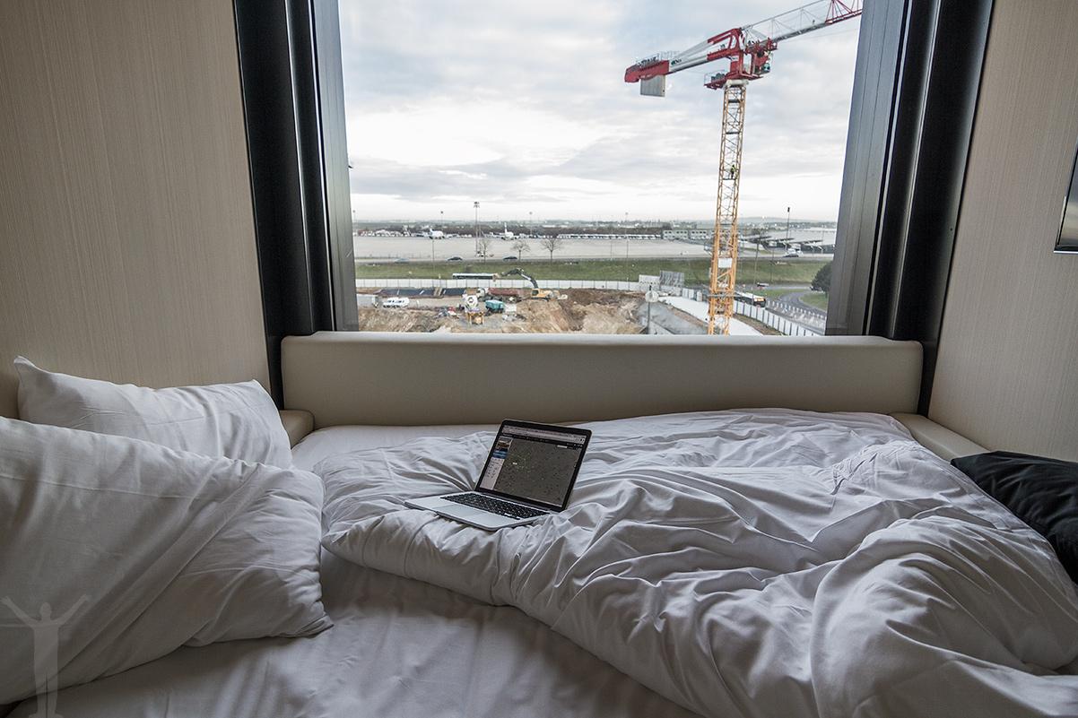 Rum med flygplatsutsikt