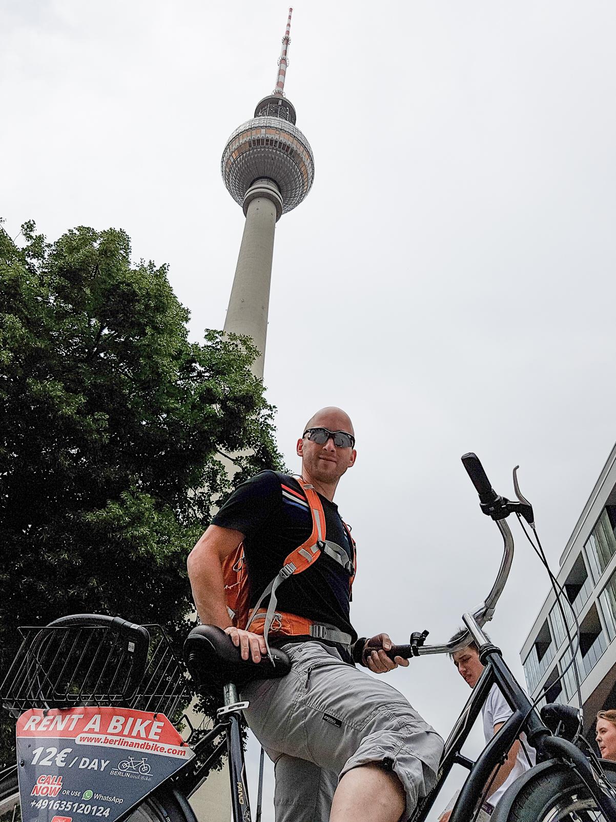 Dryden på hyrcykel i Berlin
