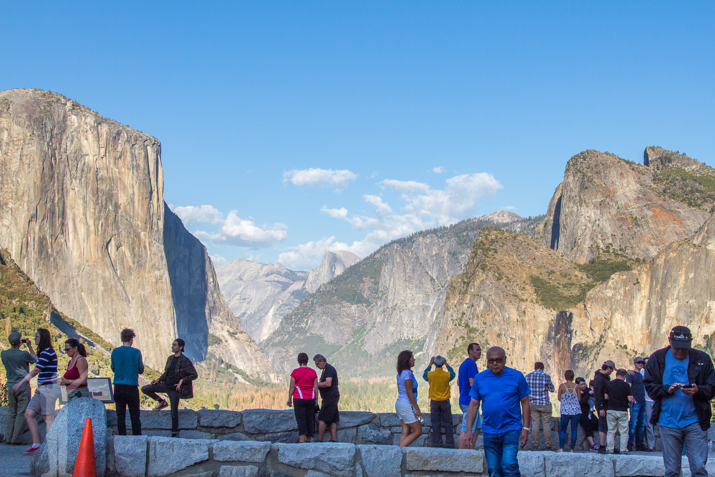 Turister vid Tunnel View i Yosemite