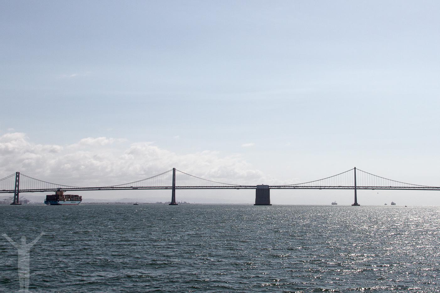 Vi har lämnat Pier 33 och ser Oakland Bay Bridge