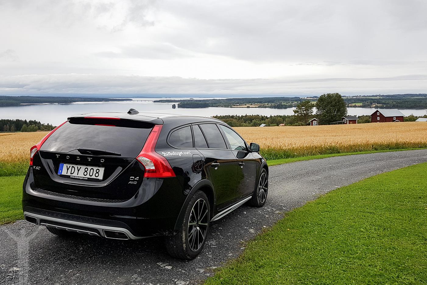 Volvo V60 Crosscountry med Jämtland som kuliss.