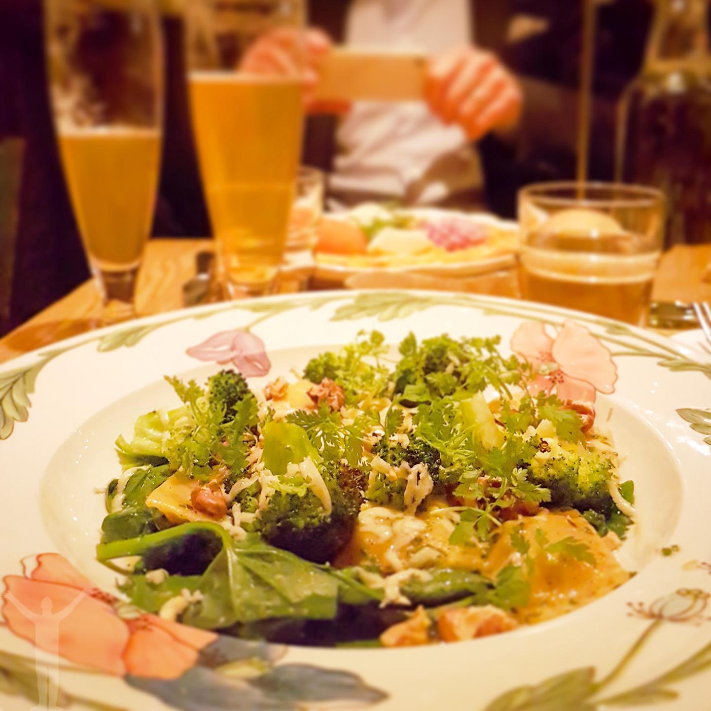 Pumparavioli med stilton, broccoli, spenat, brynt smör och valnötter.