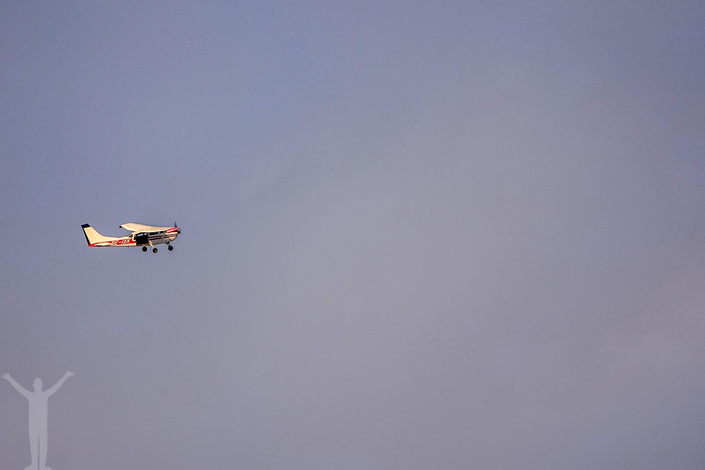 Flygplan med fallskärmstomtar