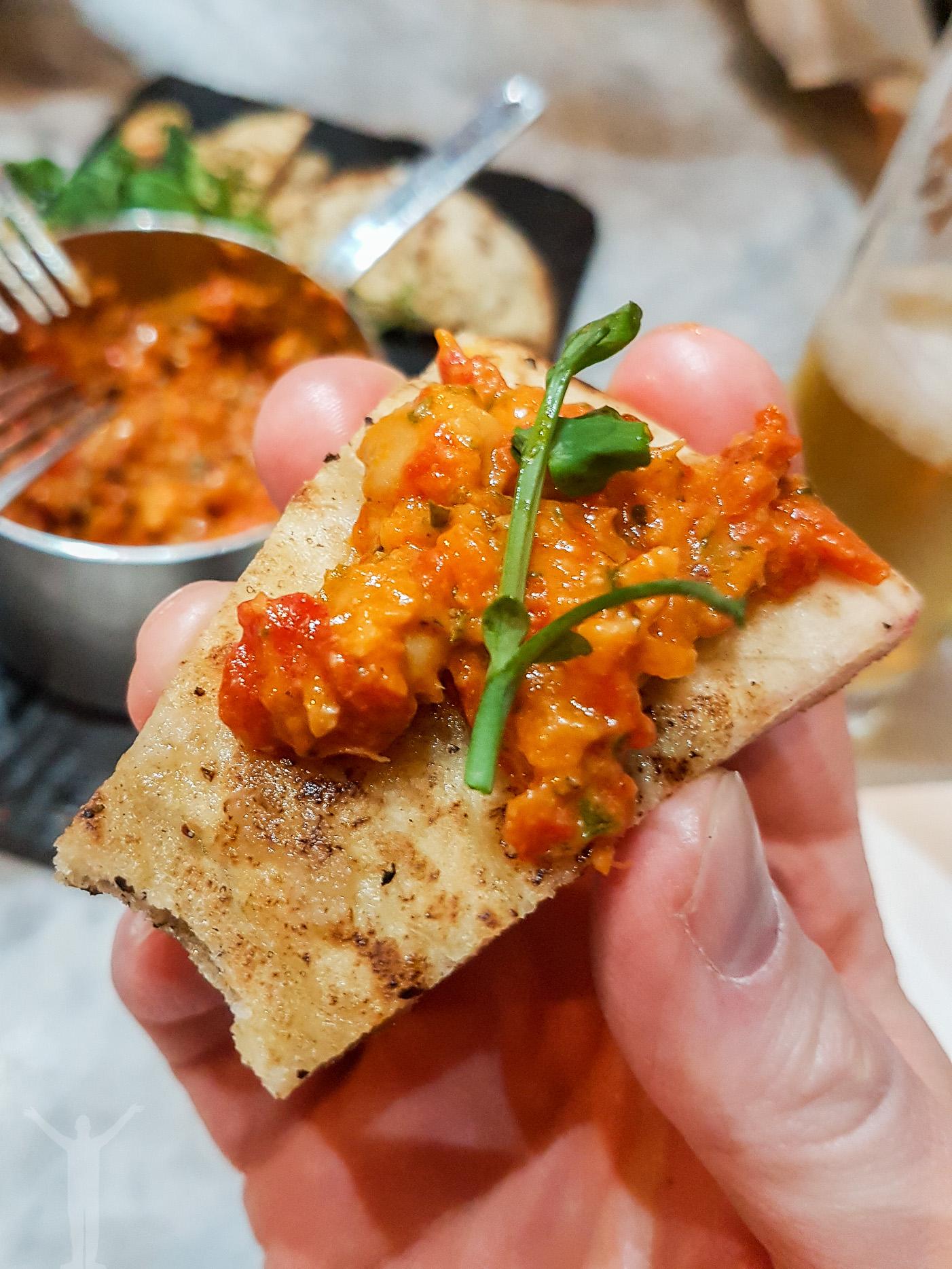 Chargrilled pita med shakshuka hummus