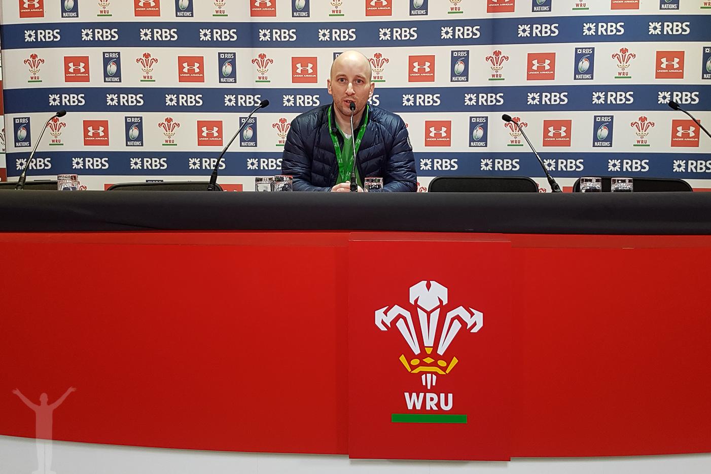 Dryden håller presskonferens...