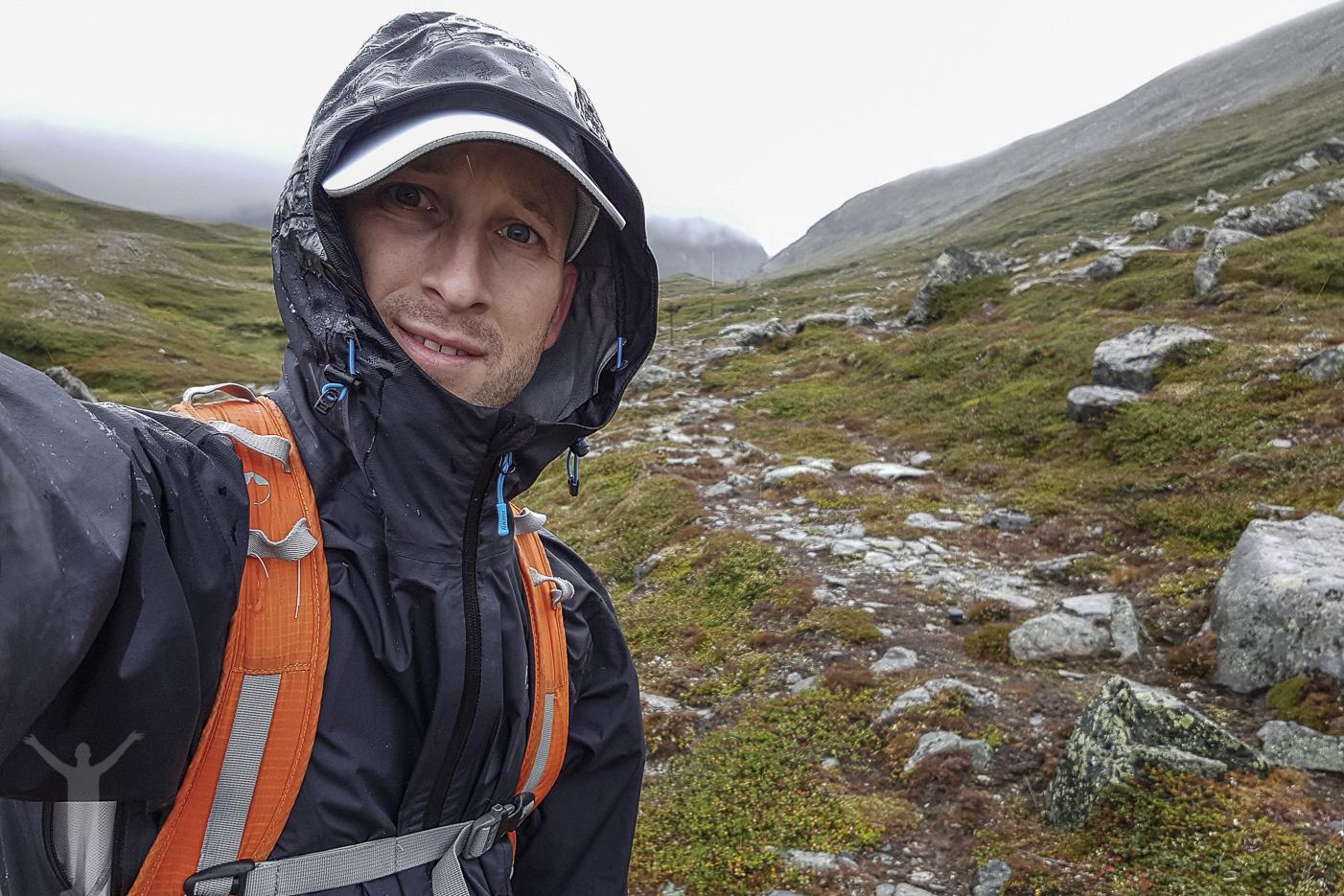 Dryden på fjällvandring i hällande regn