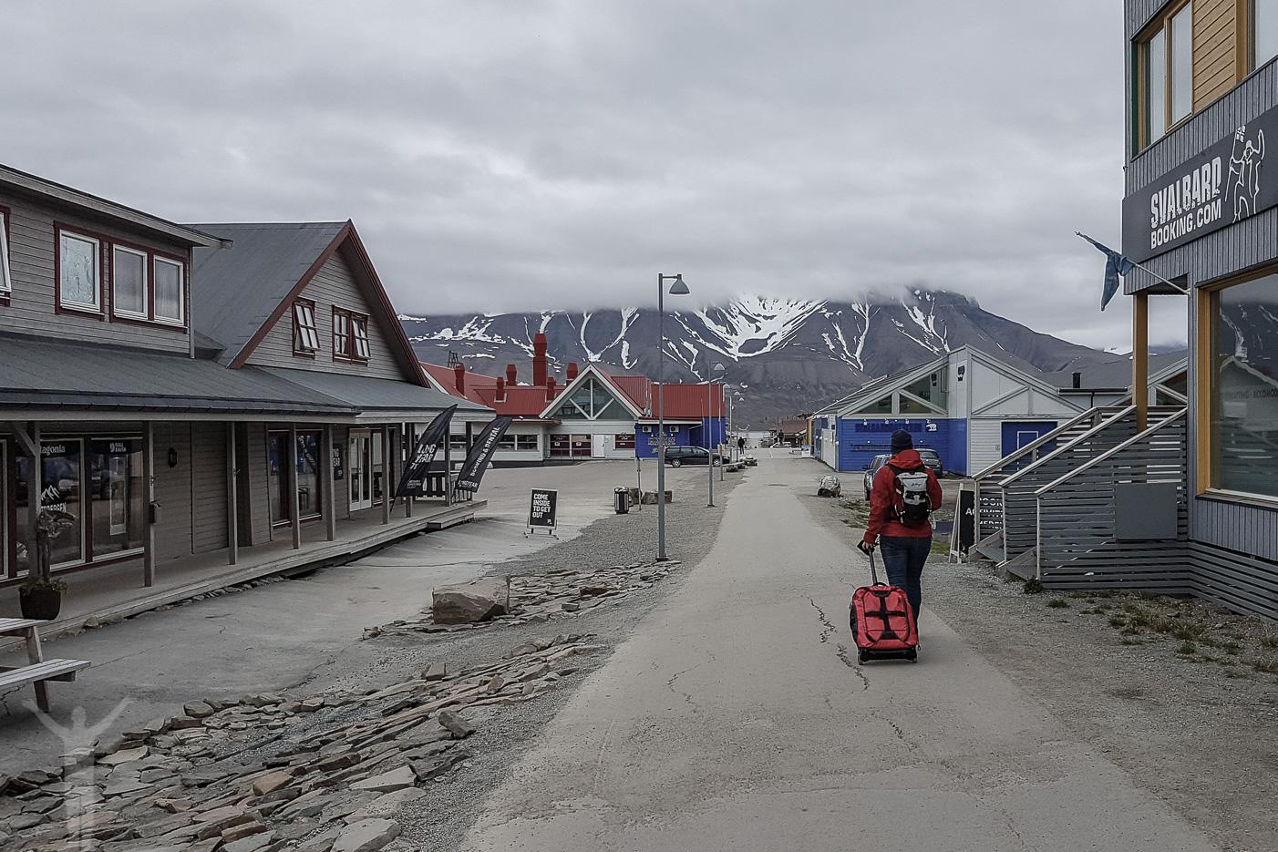 På väg genom Longyearbyen