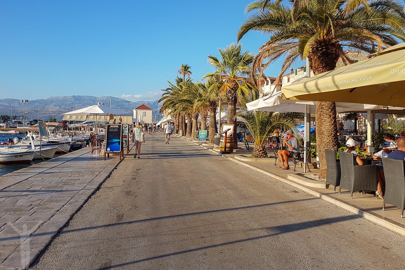 Strandpromenaden i Supetar