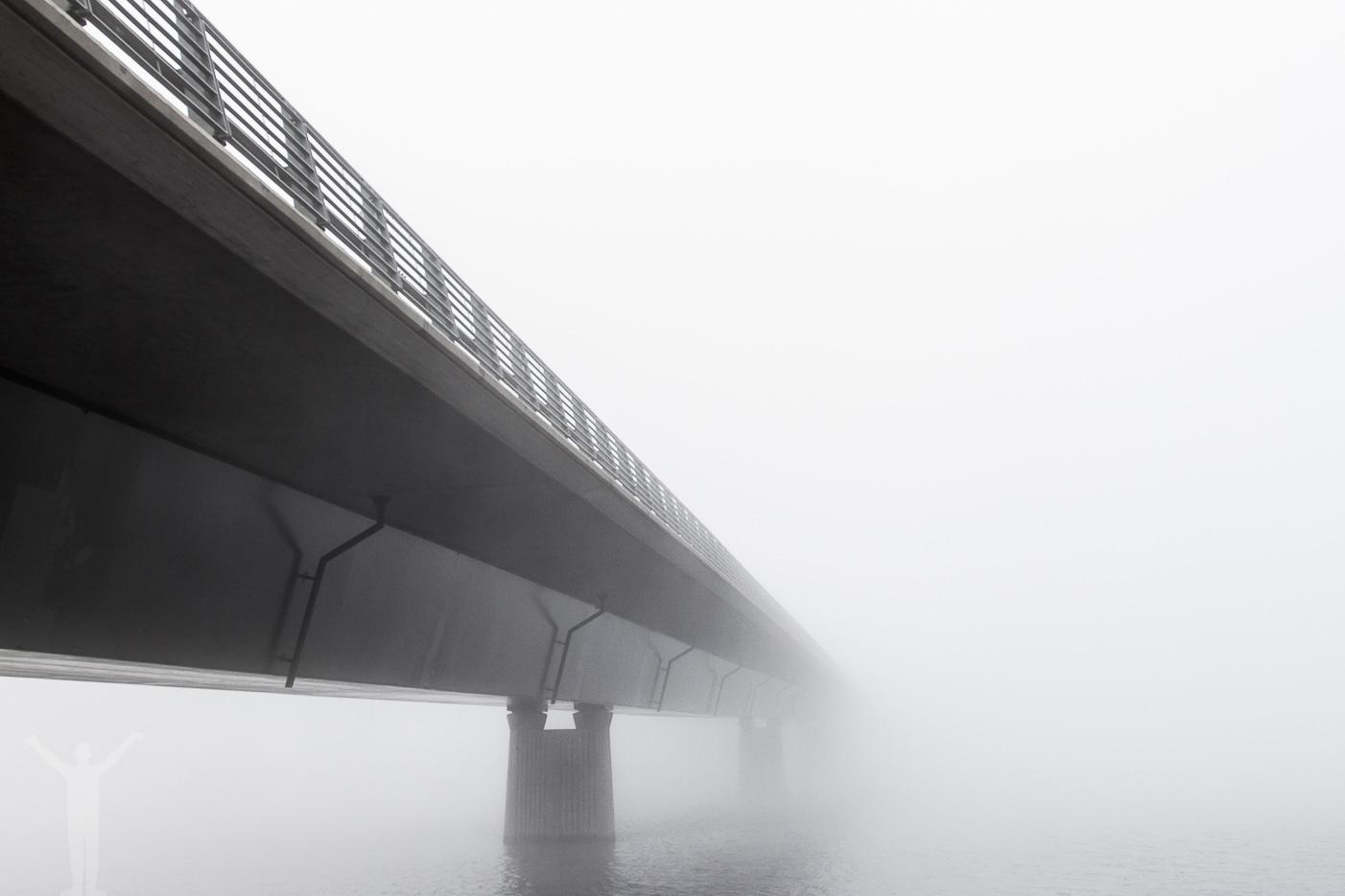 Vallsundsbron in i dimman