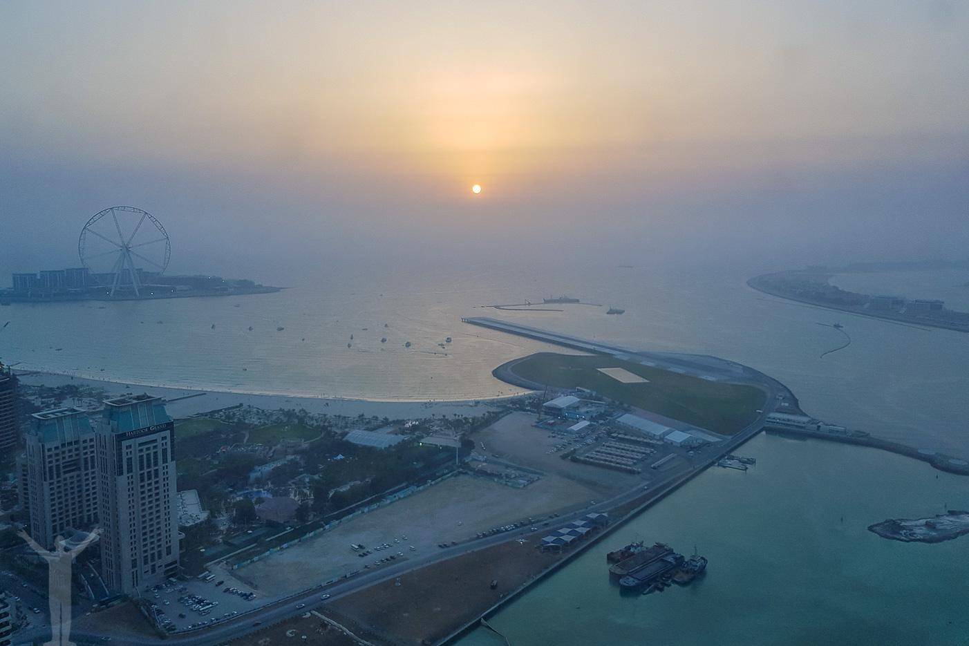 Vi hittade en takbar och restaurang på Mariott vid Dubai Marina. Middagsutsikt i riktigt hög klass!