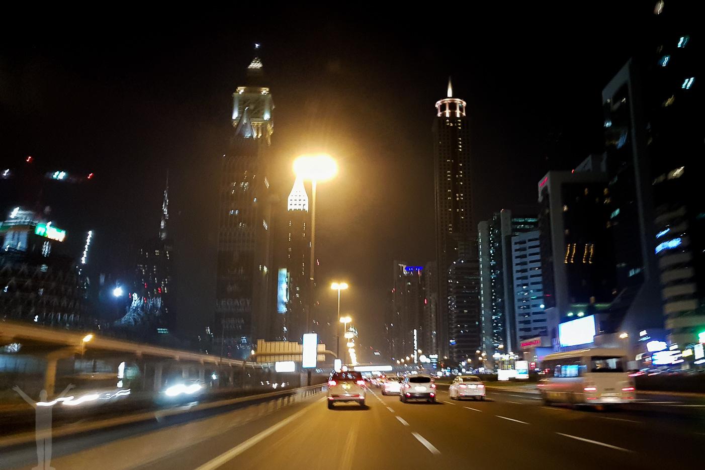 Vi anländer sent till Dubai och fick en nattaxi till hotellet.