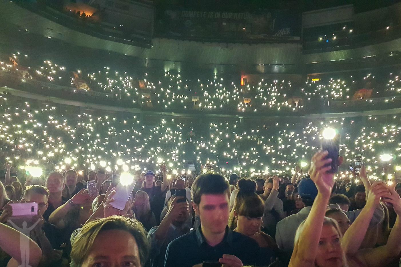 Publiken tänker sina mobiler under Everything I do