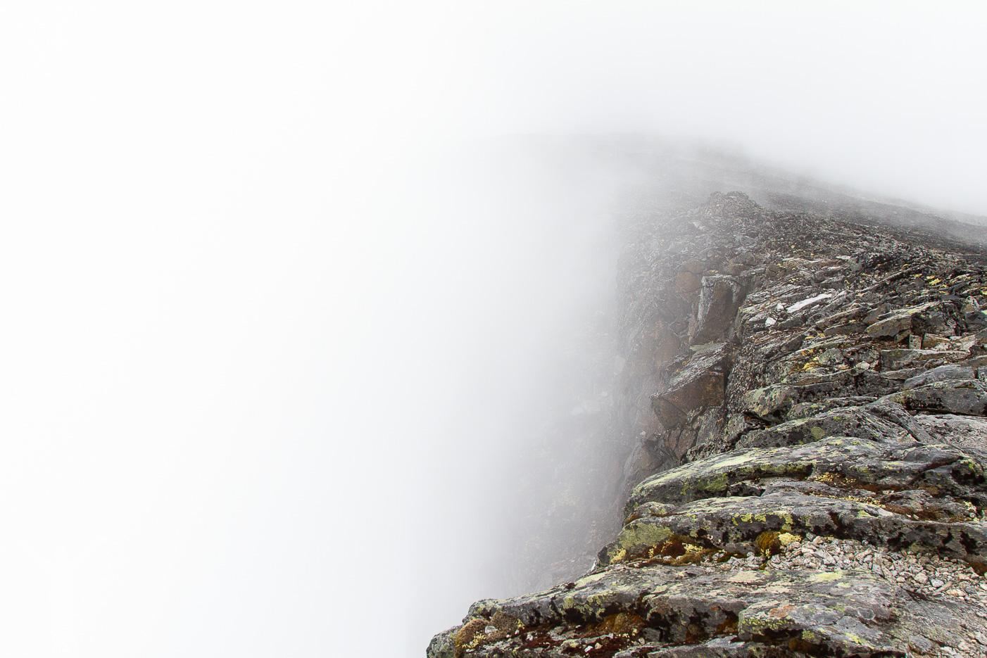 Branta stup längs vandringen