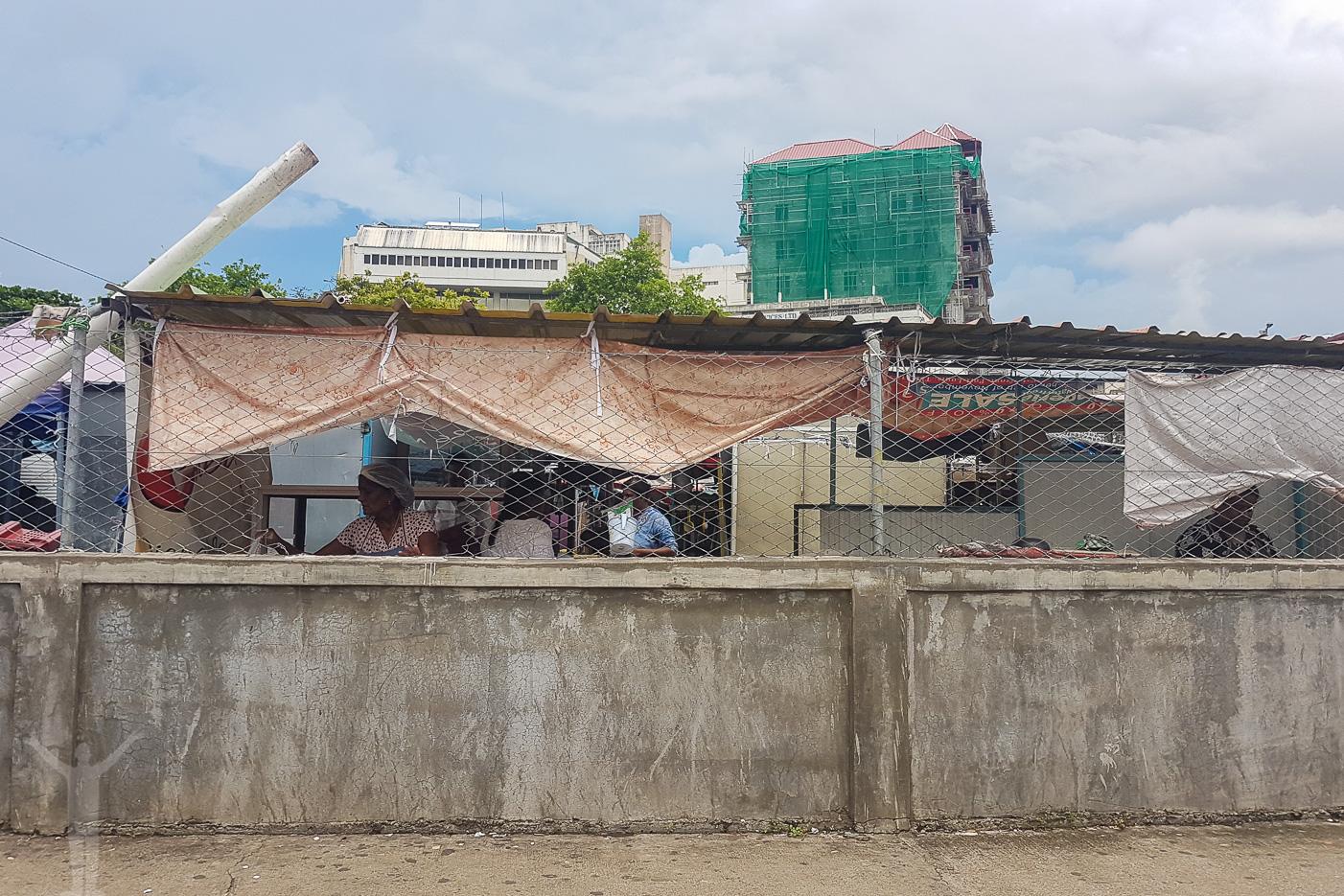 Hål i väggen... nätet. Streetfood i Port Louis