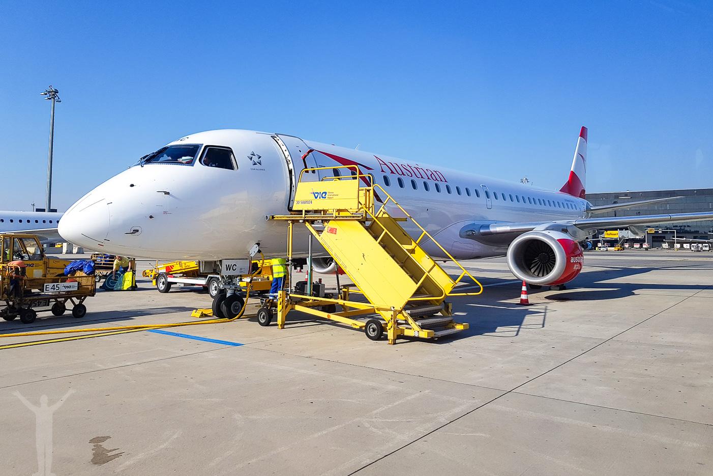 Austrian Embraer 195 på flygplatsen i Wien