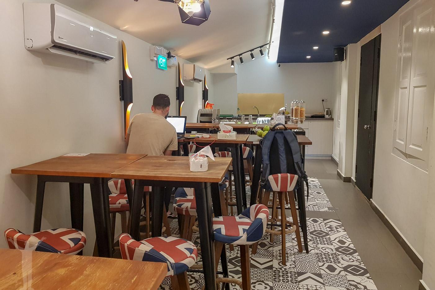 Frukostmatsalen på kapselhotell i Singapore