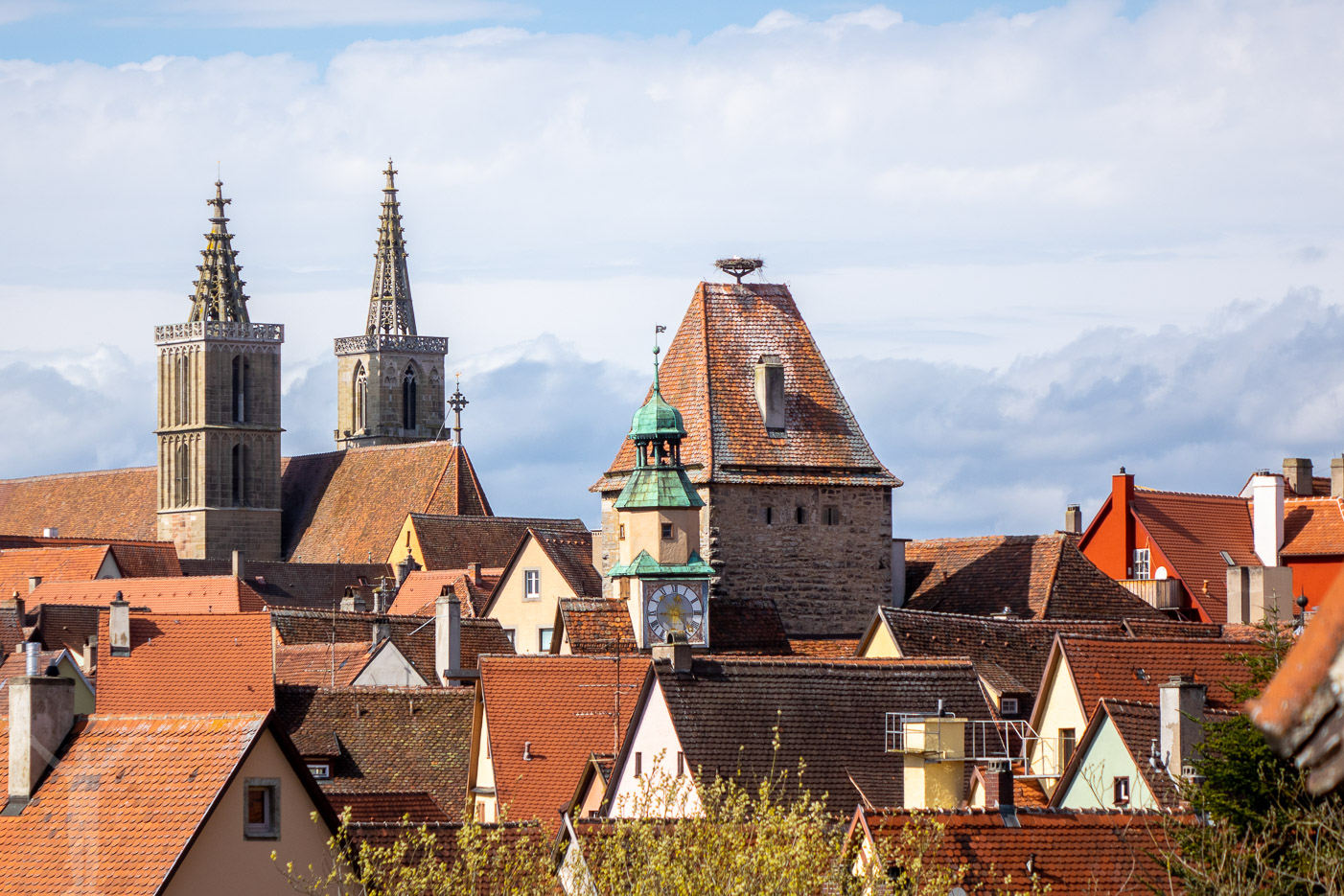 Takåsar och kyrktorn i Rothenburg