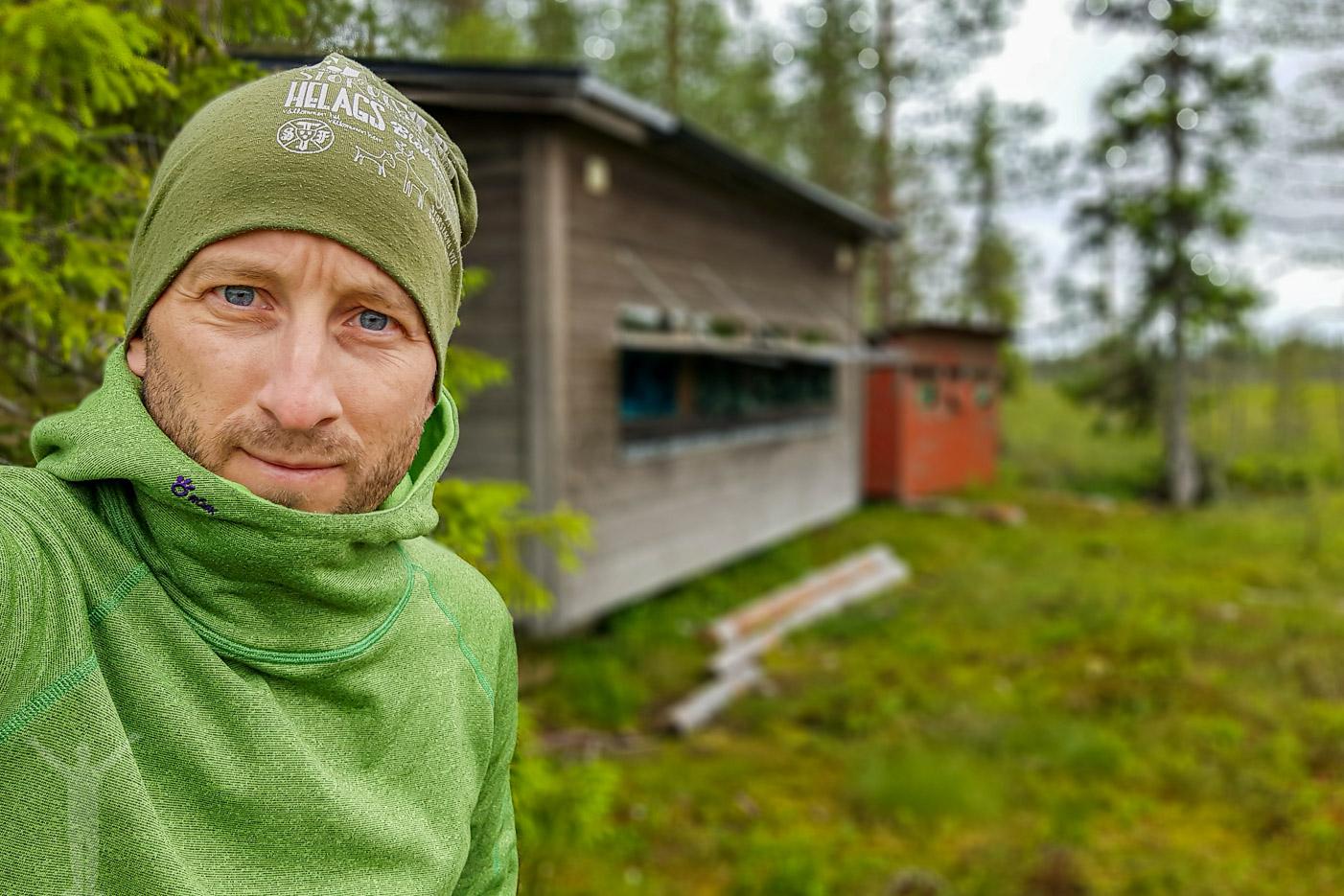 Jag själv på utsidan av vårt gömsle i Jämtland.