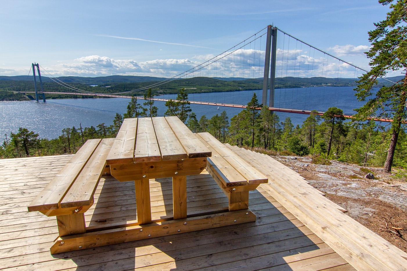 Fikaplats med utsikt över höga Kusten-bron