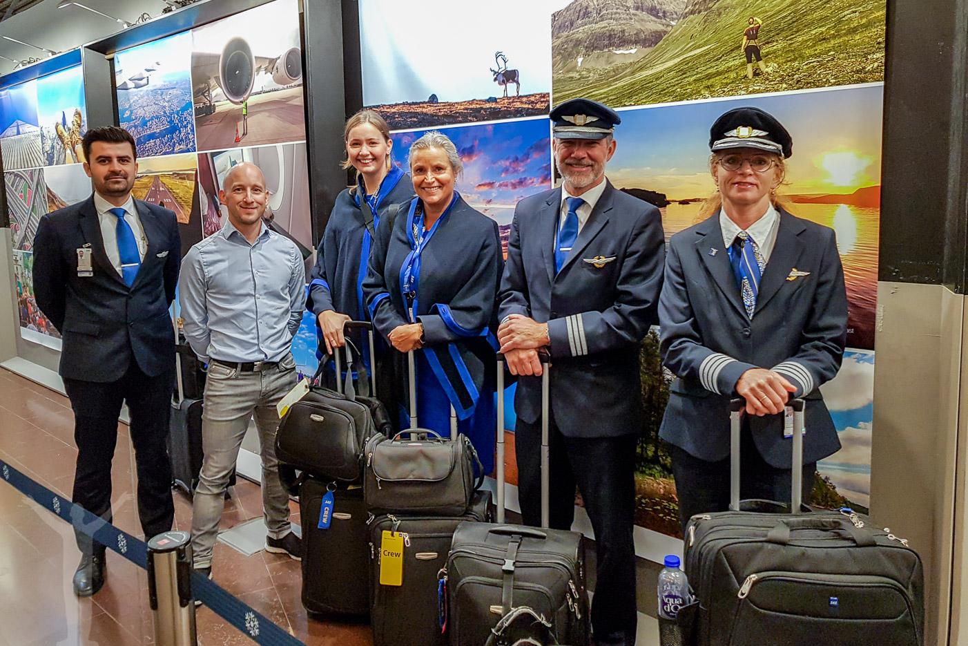 Jag och SAS-besättning framför bilderna
