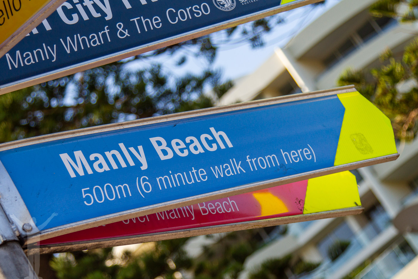 Passera The Corso för att komma till stranden.