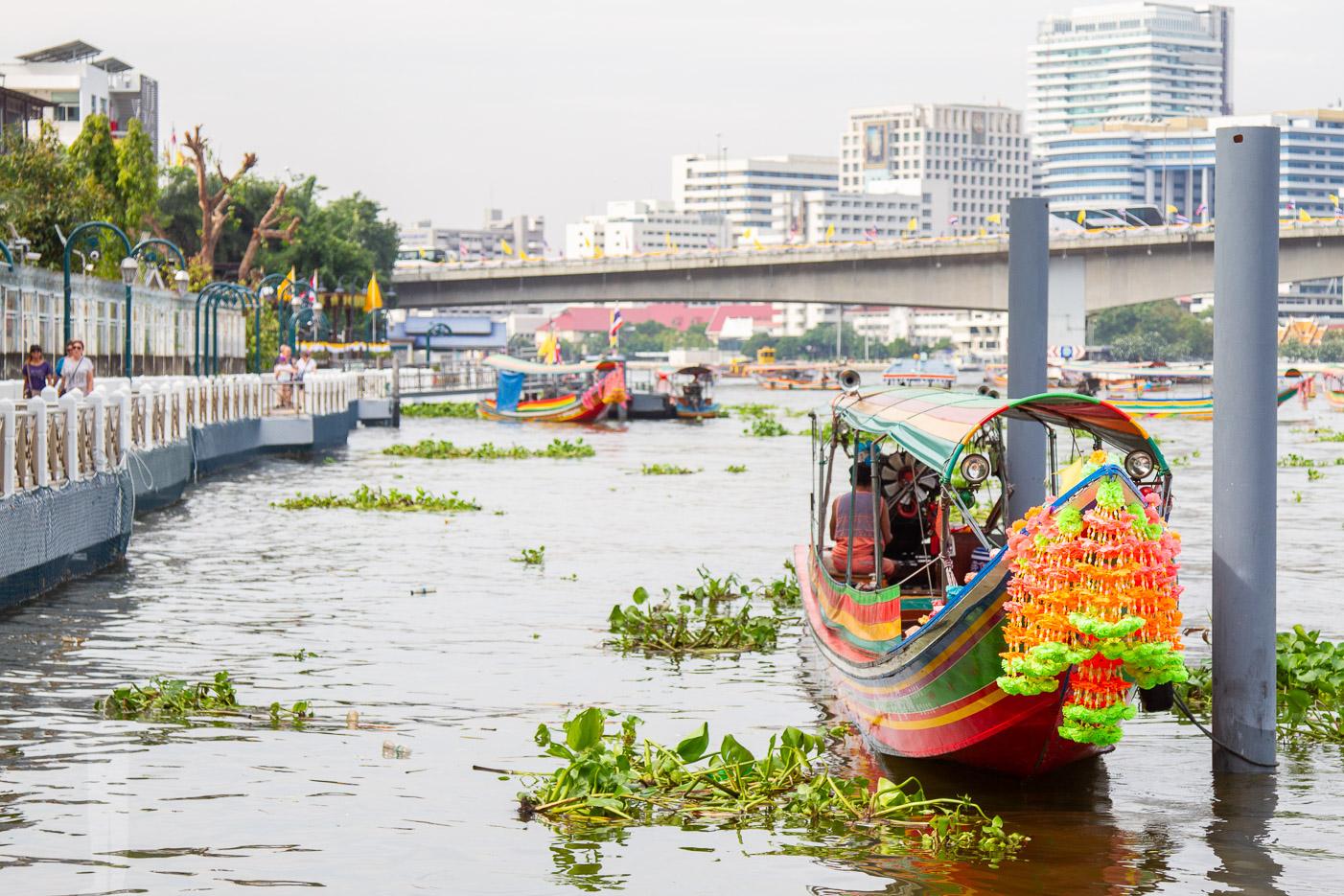 Chao Phraya rinner genom Bangkok