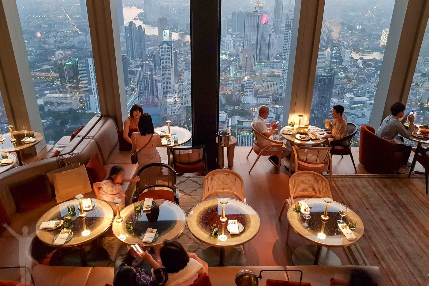 Restaurangen på 76:e våningen hör till Bangkoks högsta takbar.