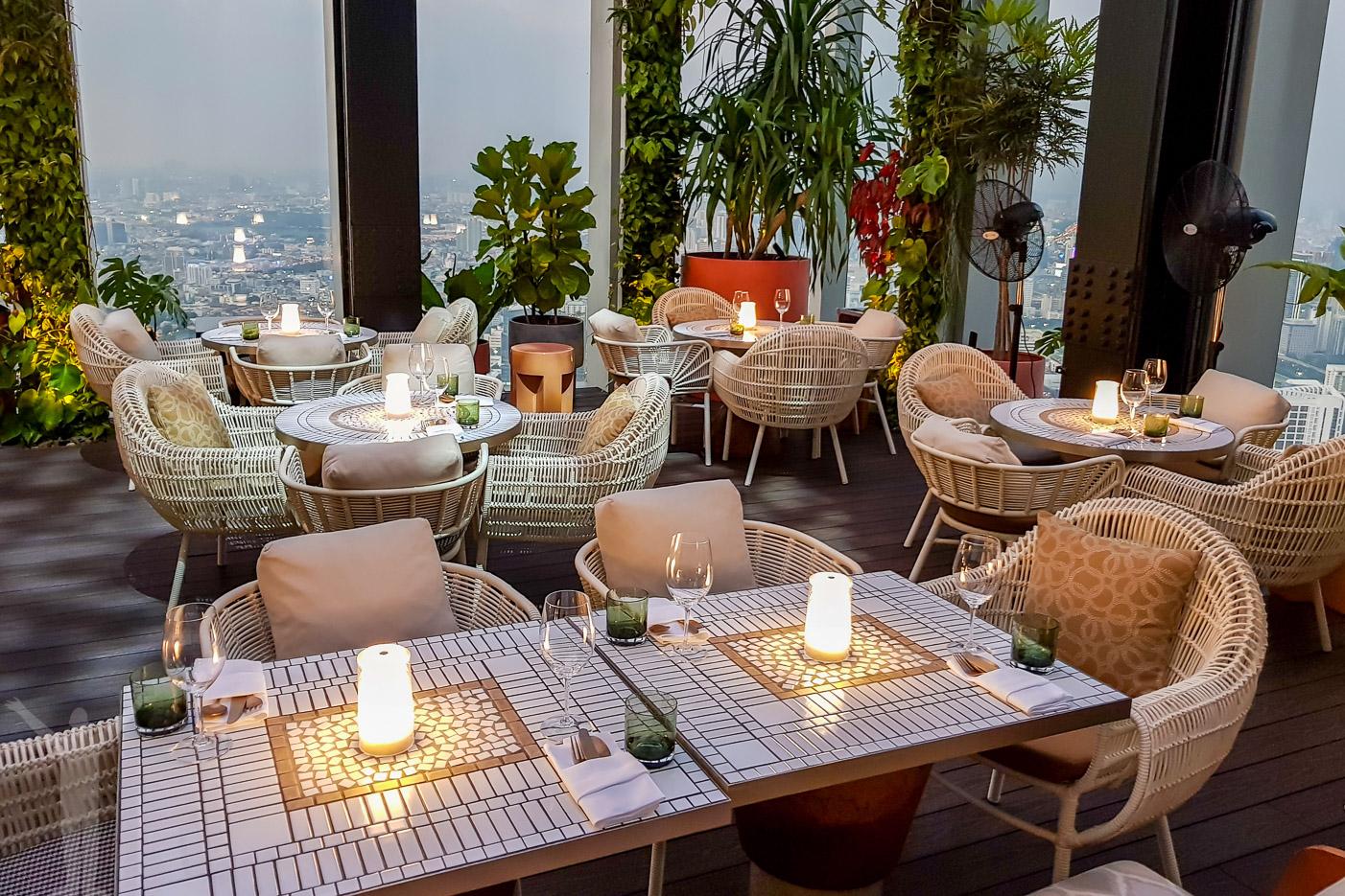 Mahanakhon Skybar med restaurangen på 76:e våningen.