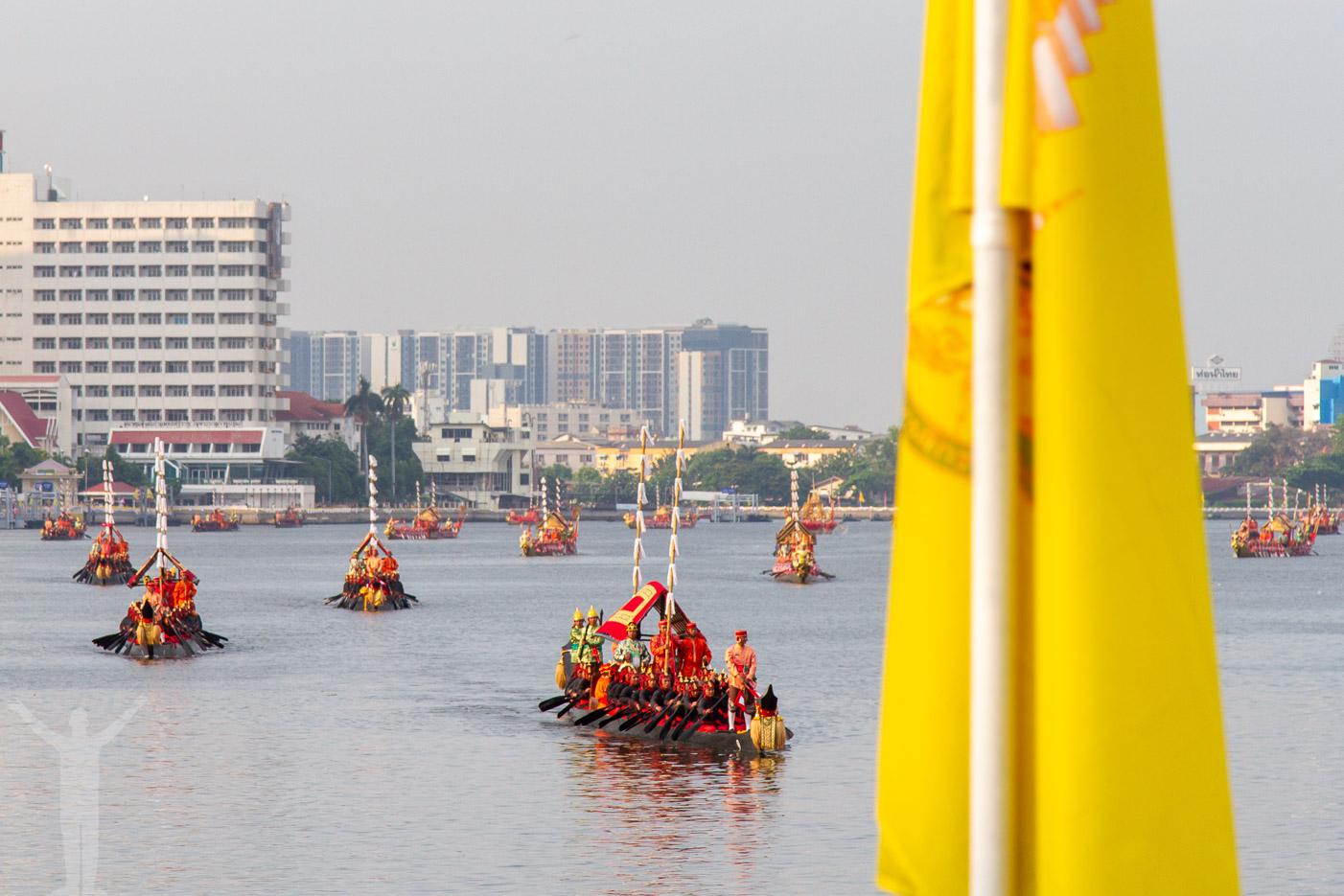 Den kungliga processionen i Bangkok