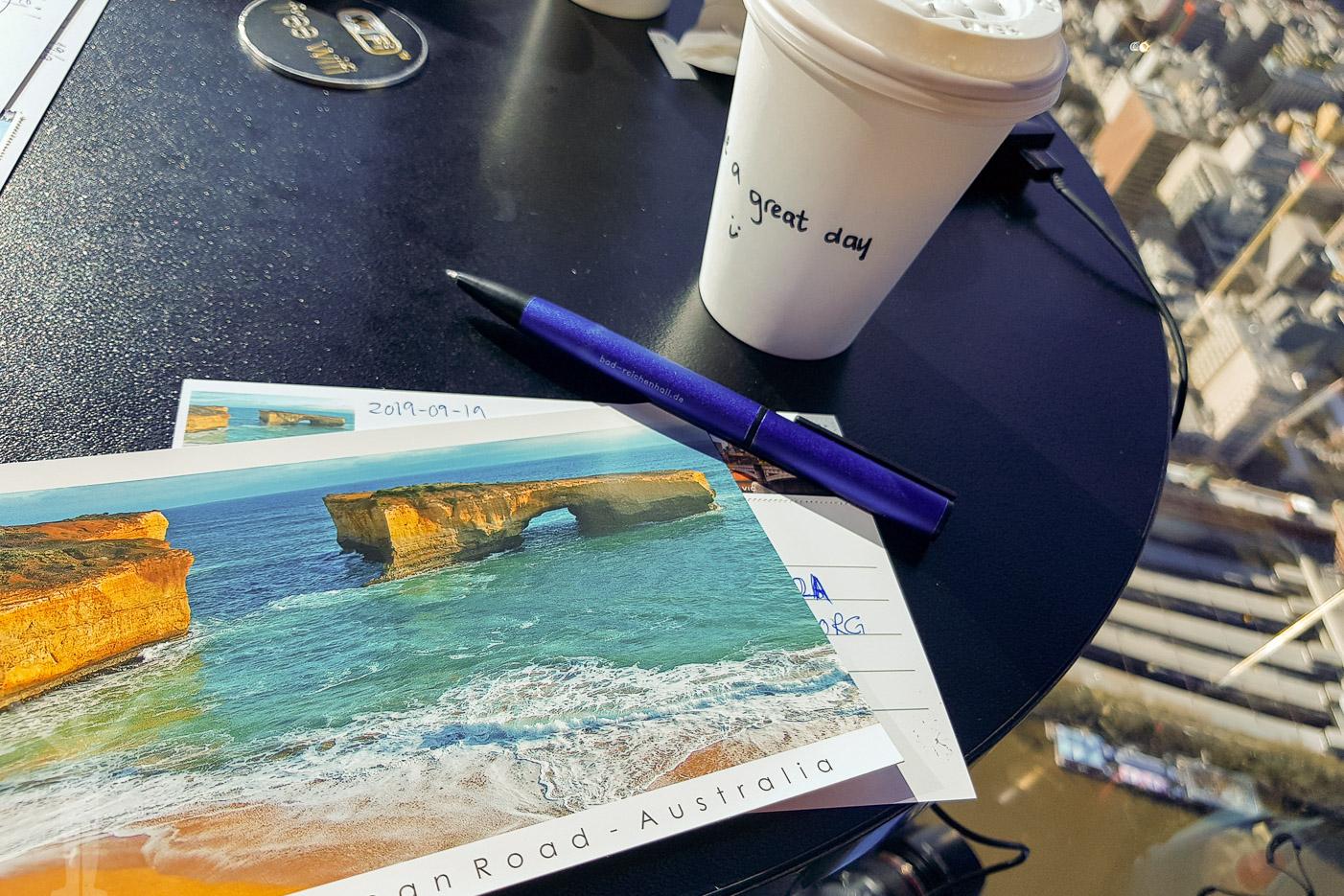 Kaffe och vykortsskrivande