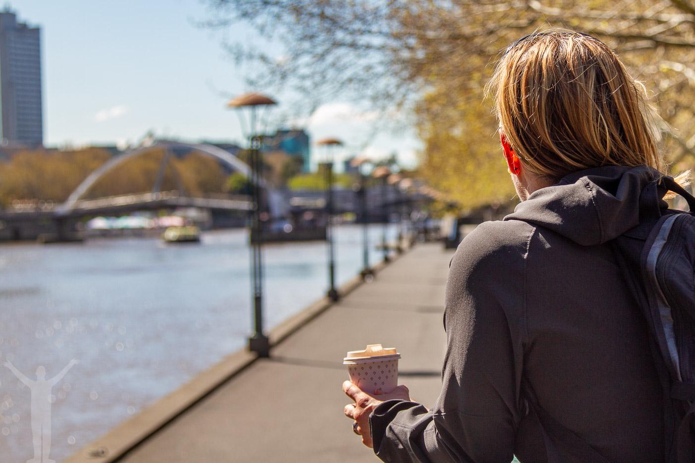 En kaffe på promenaden längs River Yarra