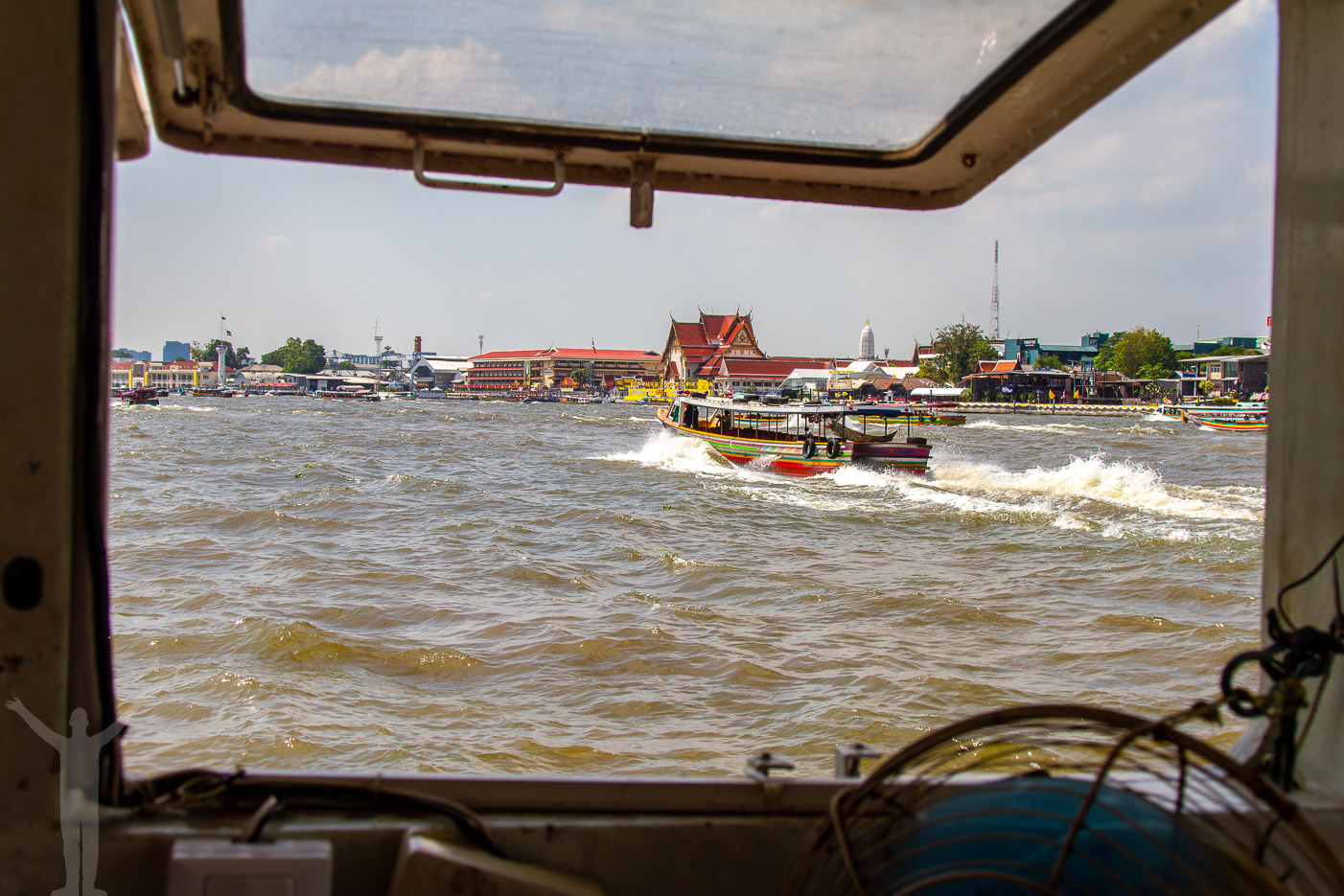 Intensiv båttrafik på Skymning på Chao Phraya