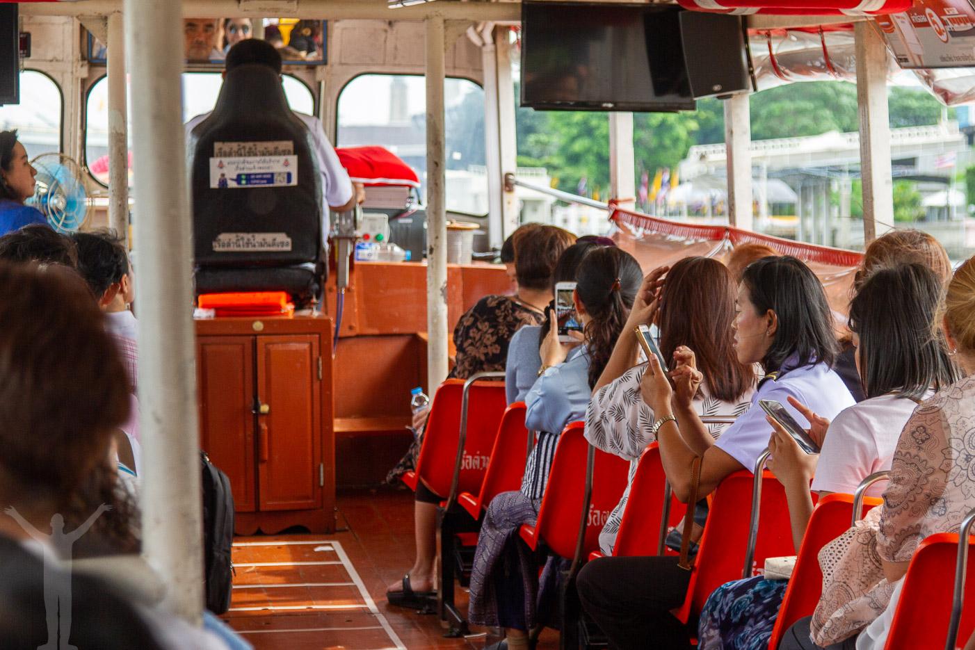 Åka flodbåt i Bangkok